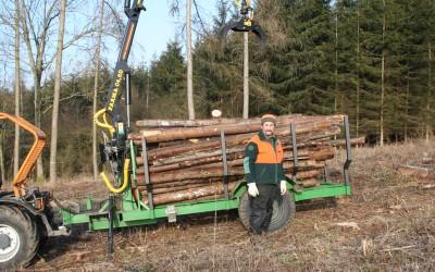 """Das letzte Industrieholz wird nach """"Kyrill"""" von der Fläche gekarrt."""