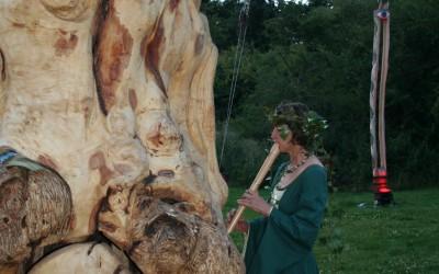Johanna beschallt den Klangbaum